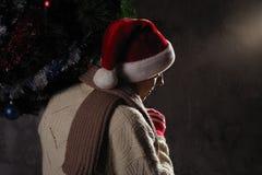 Weihnachtsgeschenkkonzept Mann in Sankt-Hut holen Geschenk für Sie ATT stockbild