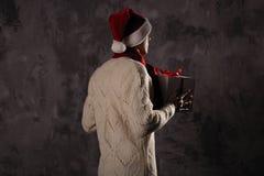 Weihnachtsgeschenkkonzept Mann in Sankt-Hut holen Geschenk für Sie ATT lizenzfreie stockfotografie