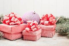 Weihnachtsgeschenknahaufnahme mit einem Spielzeug im Schnee Stockbilder