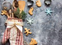 Weihnachtsgeschenkverpackungsidee mit Ofenhandschuh, Küchengeräten und Plätzchen Stockfotos