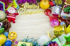 Weihnachtsgesetzte Elemente auf hölzernem Hintergrund Stockfoto