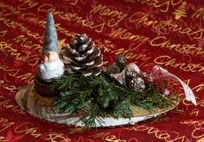 Weihnachtsgesteck mit Wichtel. Auf Baumscheibe mit Deko Stock Photography