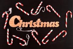 Weihnachtsgestreifte Stocksüßigkeiten auf Schwarzkiefer Stockbild