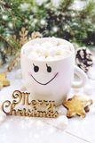 Weihnachtsgetränk mit Eibisch Flitter in einem blauen Glas Stockbild