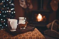 Weihnachtsgetränke durch Holzfeuer stockfotos