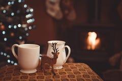 Weihnachtsgetränke durch Holzfeuer lizenzfreie stockbilder