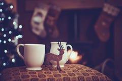 Weihnachtsgetränke durch Holzfeuer lizenzfreies stockbild