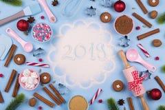Weihnachtsgewürze, Plätzchenschneider, Bestandteile für das Backen und Küchengerätlebkuchenplätzchen auf blauem Pastellhintergrun stockfotografie