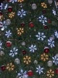 Weihnachtsgirlande auf einem Weihnachtsbaum Lizenzfreie Stockbilder