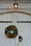 Weihnachtsgirlande auf Holztür Lizenzfreie Stockfotografie