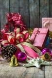 Weihnachtsgirlande auf rustikalem hölzernem Hintergrund Stockbilder