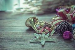 Weihnachtsgirlande auf rustikalem hölzernem Hintergrund mit Kopienraum Stockfotos