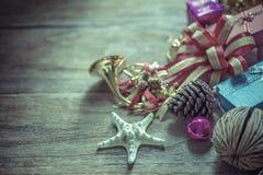 Weihnachtsgirlande auf rustikalem hölzernem Hintergrund mit Kopienraum, Lizenzfreies Stockfoto