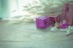 Weihnachtsgirlande auf rustikalem hölzernem Hintergrund mit Kopienraum Stockbilder
