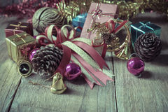 Weihnachtsgirlande auf rustikalem hölzernem Hintergrund mit Kopienraum Stockbild