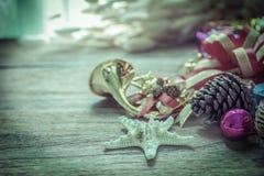 Weihnachtsgirlande auf rustikalem hölzernem Hintergrund mit Kopienraum Stockfoto