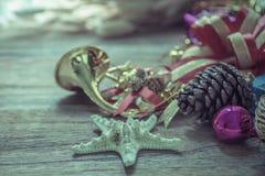 Weihnachtsgirlande auf rustikalem hölzernem Hintergrund mit Kopienraum Lizenzfreie Stockfotografie