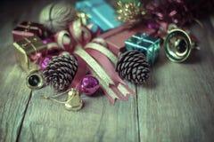 Weihnachtsgirlande auf rustikalem hölzernem Hintergrund mit Kopienraum, Stockfotos