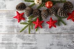 Weihnachtsgirlande auf rustikalem hölzernem Hintergrund mit Kopienraum Lizenzfreie Stockfotos