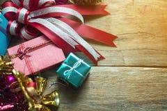 Weihnachtsgirlande auf rustikalem hölzernem Hintergrund mit Kopienraum, warmes Tonen Stockfotografie