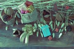 Weihnachtsgirlande auf rustikalem Holz mit Kopienraum Stockfoto
