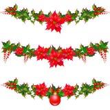 Weihnachtsgirlande, Bälle, rote Bögen, auf einem Weiß Stockfotografie