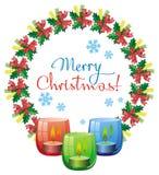 Weihnachtsgirlande, brennende Kerze und Feiertagsgruß simsen Lizenzfreies Stockfoto