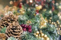 Weihnachtsgirlande-Dekoration mit unscharfen Leuchten Lizenzfreies Stockbild