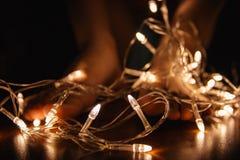 Weihnachtsgirlande in den Märchenseiten des Buches Lizenzfreie Stockfotos