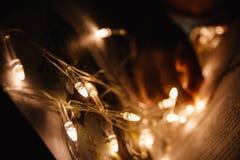 Weihnachtsgirlande in den Märchenseiten des Buches Stockbilder