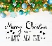 Weihnachtsgirlande, Kalligraphie, frohe Weihnachten und guten Rutsch ins Neue Jahr Stockfoto