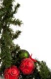 Weihnachtsgirlande mit den roten und grünen Verzierungen Stockbild