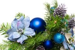 Weihnachtsgirlande mit silk Poinsettias und Tannenzweigen auf stockfoto