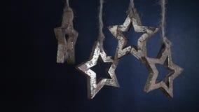 Weihnachtsgirlande von hölzernen Sternen stock footage