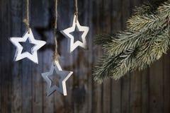 Weihnachtsgirlande von hölzernen Sternen Stockbild
