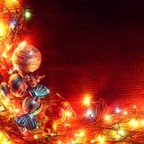 Weihnachtsgirlanden von Lampen auf einem hölzernen Hintergrund Stockbild