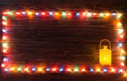 Weihnachtsgirlanden von Lampen auf einem hölzernen Hintergrund Stockfotos