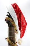 Weihnachtsgitarre und -schutzkappe stockbild