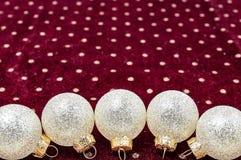 Weihnachtsglänzende Bälle auf neuem Jahr der purpurroten Hintergrundbeschaffenheit stockfotografie