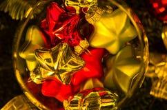 Weihnachtsglänzende farbige Dekorationen in einer Glasschüssel Stockfoto