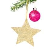 Weihnachtsglänzender goldener Stern auf Tannenzweigen mit Dekorationen I Lizenzfreies Stockbild