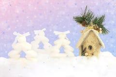 Weihnachtsglänzender Hintergrund mit Tannen und Haus Stockfoto