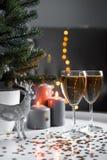 Weihnachtsgläser Champagner mit Lichtern auf dem Hintergrund lizenzfreie stockfotografie
