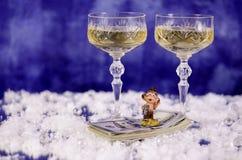 Weihnachtsgläser des Champagners und des Affen auf dem Dollar Stockfotos