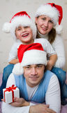 Weihnachtsglückliche Familie stockfotos