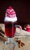 Weihnachtsglühwein im Glas mit rotem Hut Stockbilder