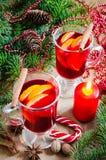 Weihnachtsglühwein, -kerzen und -gewürze Weihnachtspostkarte Lizenzfreie Stockfotografie
