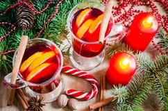 Weihnachtsglühwein, -kerzen und -gewürze Weihnachtspostkarte Lizenzfreies Stockbild
