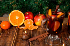Weihnachtsglühwein mit Früchten und Gewürzen auf Holztisch Weihnachtsdekorationen im Hintergrund GETRÄNK-Frucht ingredie des Wint lizenzfreies stockfoto