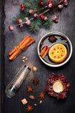 Weihnachtsglühwein mit Gewürzen auf schwarzer Schiefertafel Lizenzfreie Stockfotos